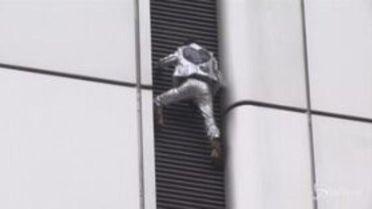 Francoforte, lo 'Spiderman francese' multato e indagato dopo la scalata senza protezioni