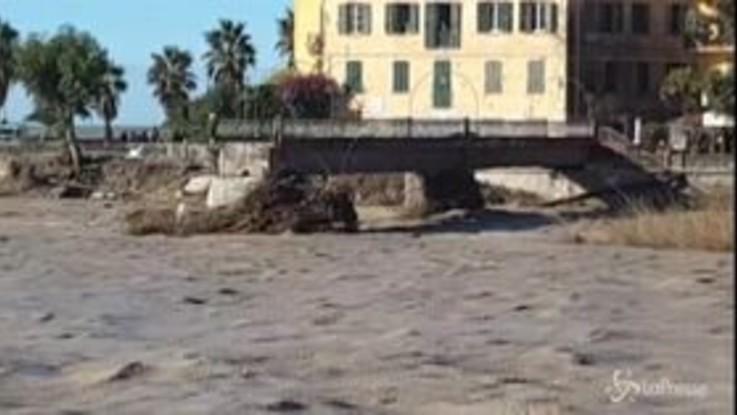 Alluvione a Ventimiglia: si spala via il fango