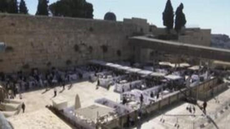 Israele: fedeli ebrei pregano divisi in recinti al Muro del Pianto