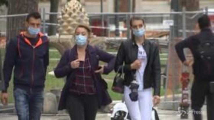 Covid: mascherine all'aperto e meno poteri regionali