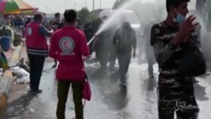 Iraq: la Protezione Civile spruzza disinfettante su pellegrini a Kerbala