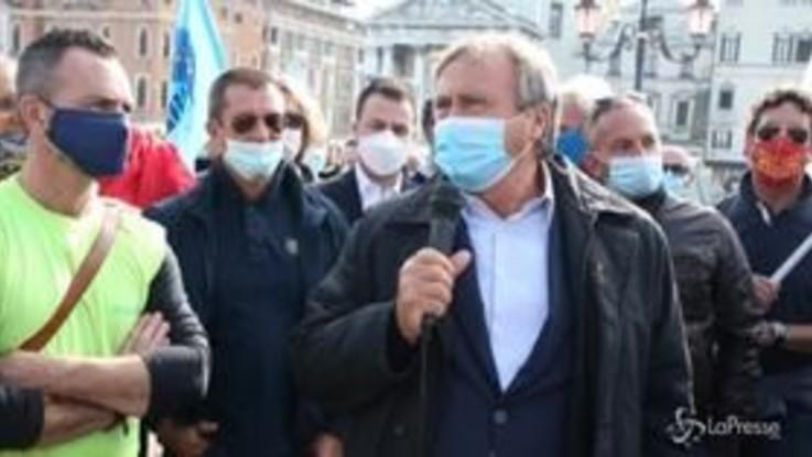 """A Venezia la protesta dei portuali, il sindaco: """"Tavolo in Comune con sindacati e imprese"""""""