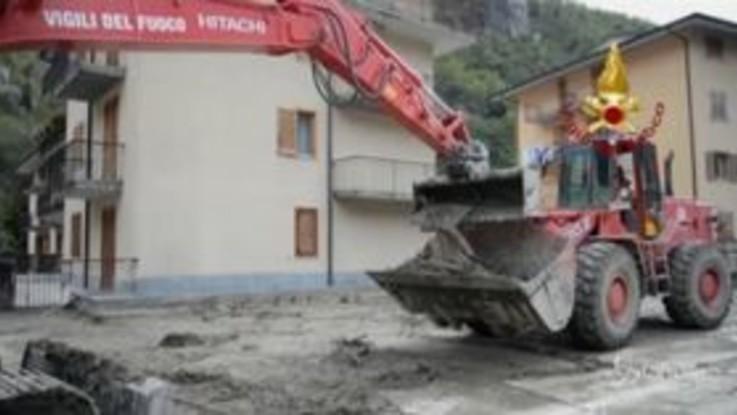 Maltempo, ruspe ed escavatori rimuovono fango e detriti a Ormea