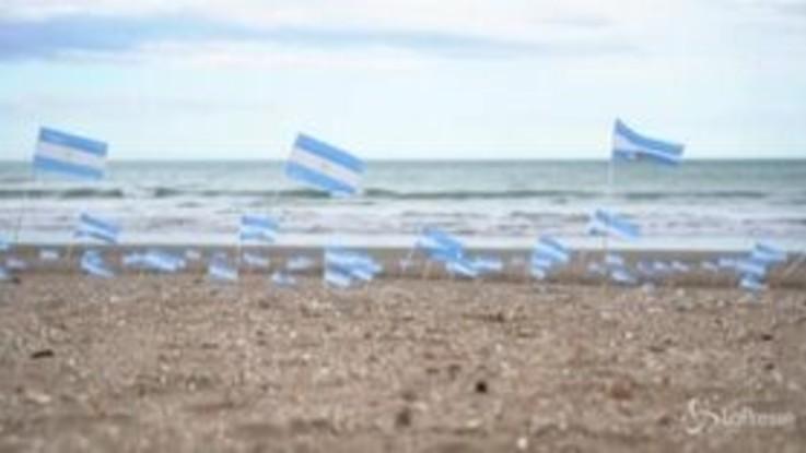 Argentina: centinaia di bandierine sulla spiaggia per ricordare le vittime Covid