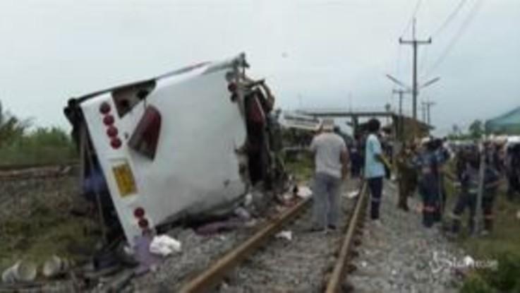 Scontro bus-treno in Thailandia: la carcassa dell'autobus sui binari