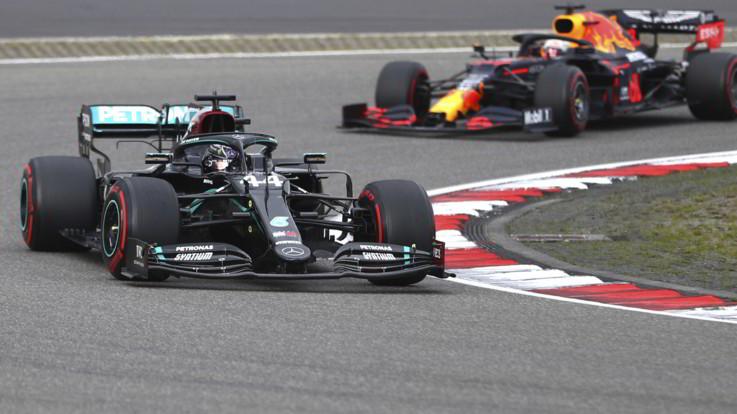 F1, Hamilton vince il Gp di Eifel ed eguaglia Schumacher: 91 vittorie