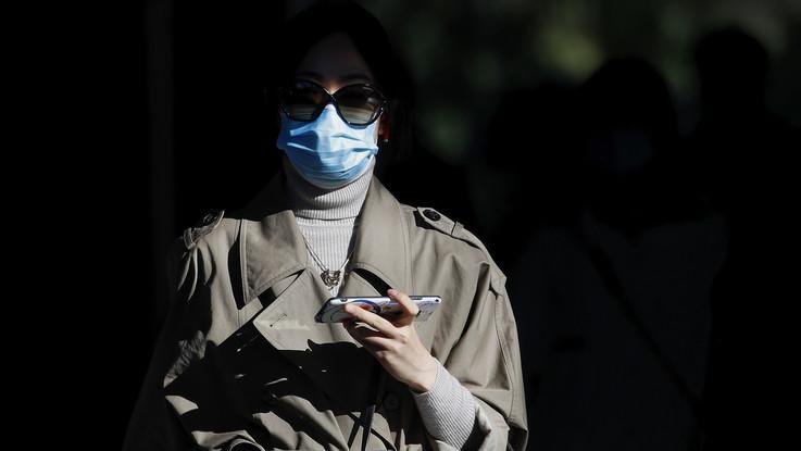 Lo studio: il virus Sars-CoV2 sopravvive fino a 28 giorni su schermi e banconote