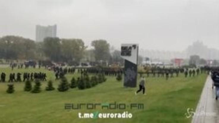 Bielorussia, polizia usa idranti e granate contro manifestanti anti-governativi