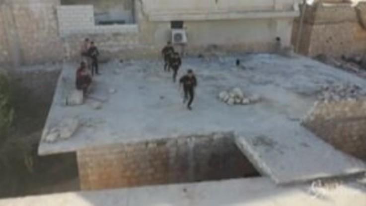 Siria, spettacolare parkour tra le rovine di Idlib