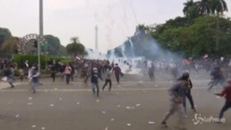 Indonesia, continuano le proteste contro la nuova legge sul lavoro: scontri con la polizia