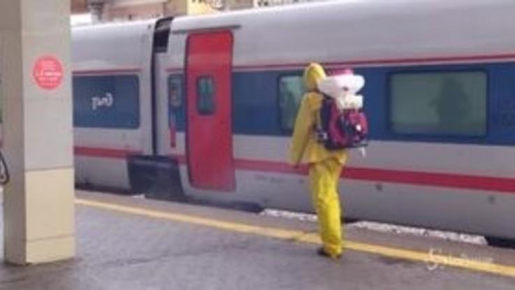 Russia, il team per l'emergenza sanifica le stazioni dei treni