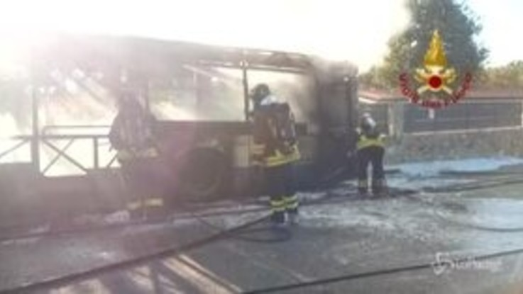 Autobus in fiamme a Trieste: la carcassa del mezzo bruciato