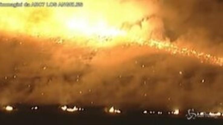 California, incendio a Redlands: evacuate le abitazioni