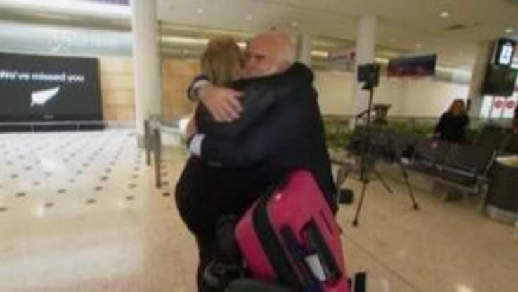 Australia, arriva il primo volo da mesi dalla Nuova Zelanda: gli abbracci con amici e parenti