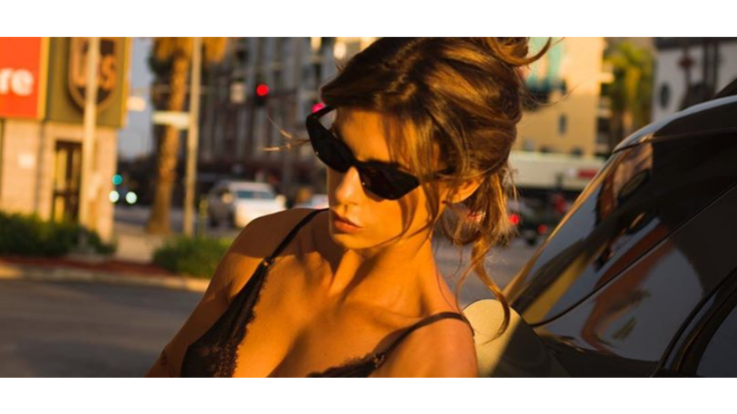 Elisabetta Canalis sexy in jeans e pizzo nero alla pompa di benzina in California