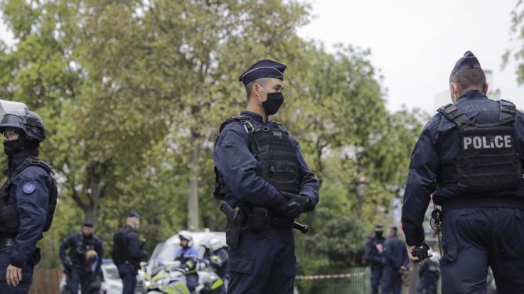 Parigi, decapitato un professore per strada: ucciso il killer