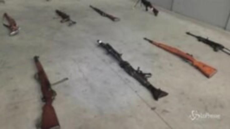 Varese, 4 arresti per traffico di armi internazionale: avevano arsenale in cantina