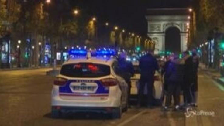 Parigi, strade deserte nella prima notte di coprifuoco