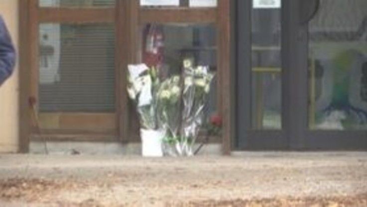 Parigi, fiori e ricordi per il professore del College du Bois d'Aulne ucciso