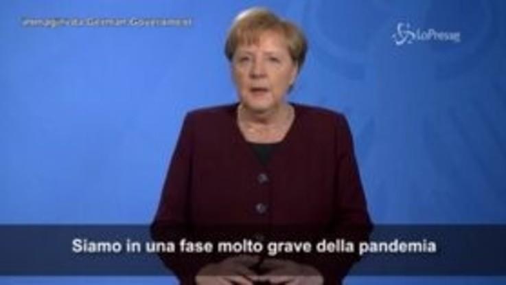 """Germania, Merkel ai tedeschi: """"Restate a casa, per favore"""""""