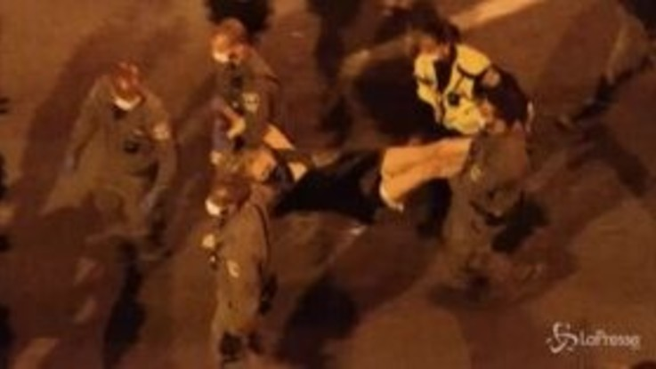 Proteste contro Netanyahu, manifestanti portati via di peso a Gerusalemme