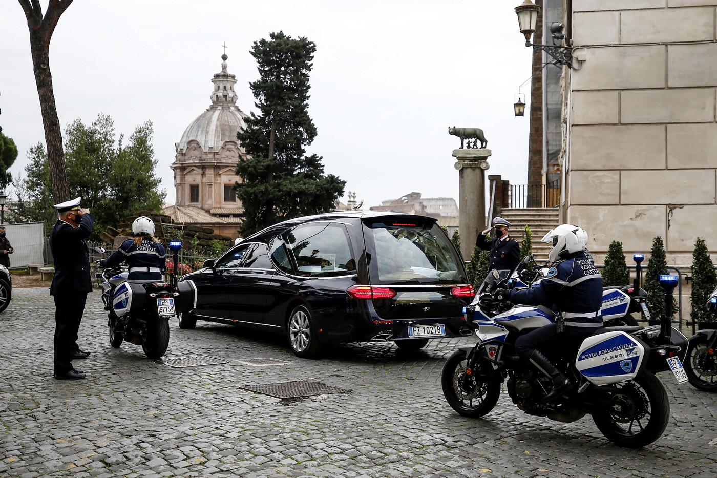 Gigi Proietti, a Roma l'ultimo saluto al grande mattatore