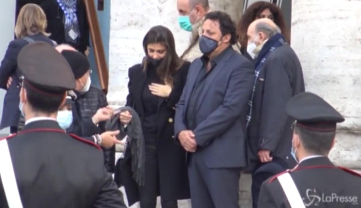Funerale Proietti, Brignano piange e Bonolis lo consola