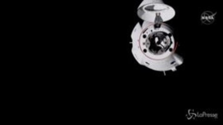 Spazio, la capsula Crew Dragon si aggancia alla Iss
