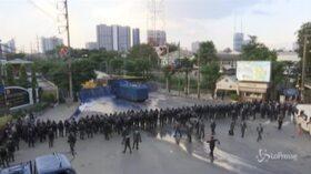 Thailandia: scontri tra polizia, manifestanti pro-democrazia e filo-governativi