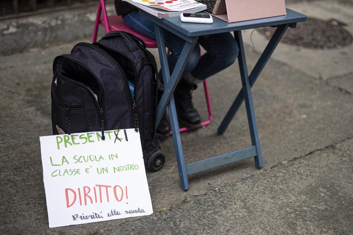 Scuola, Anita e Elisa protestano contro la DAD davanti alla scuola media Calvino di Torino