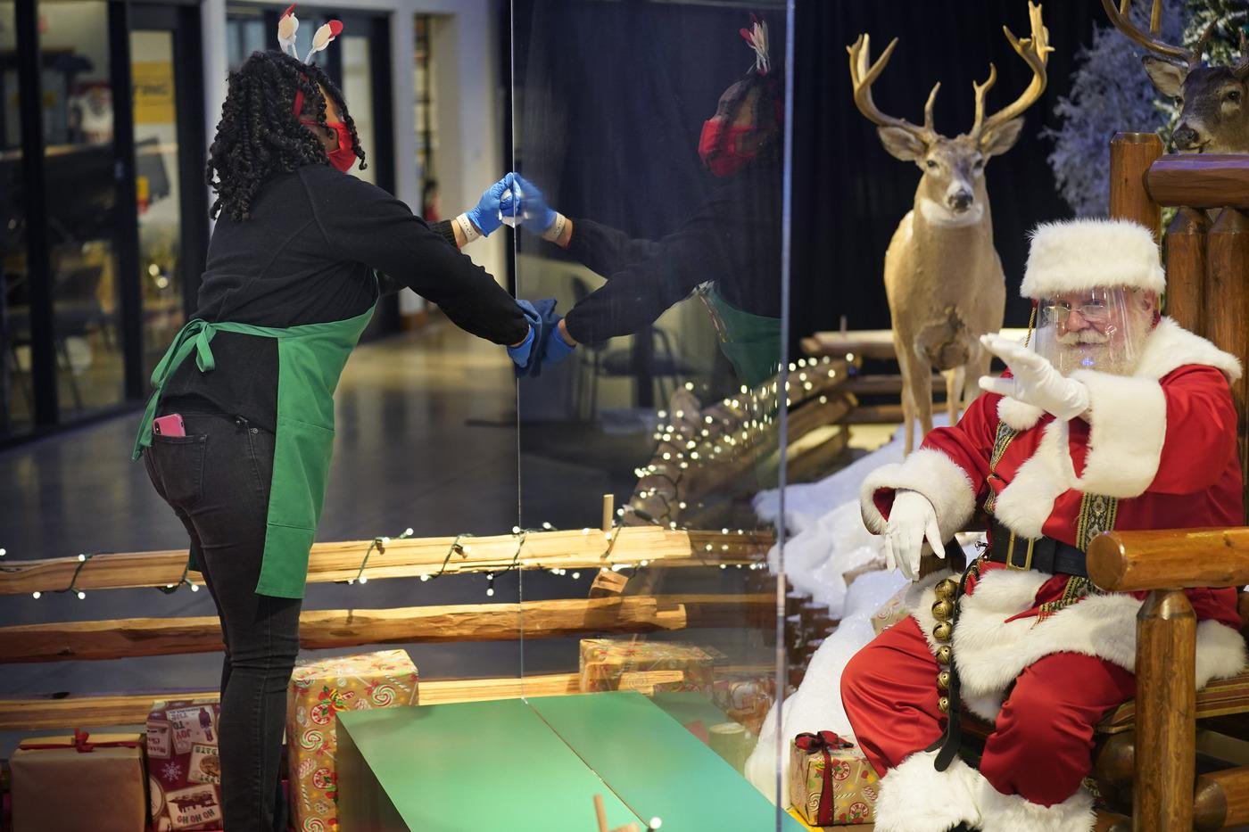 Babbo Natale al tempo del coronavirus al Bass Pro Shops in Connecticut