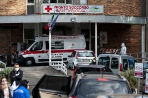 Coronavirus, lunghe file di auto fuori dall'ospedale Cotugno di Napoli