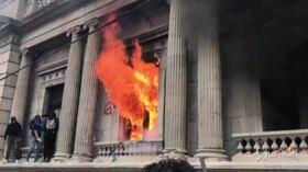 Guatemala: proteste contro il governo, a fuoco il palazzo del Congresso