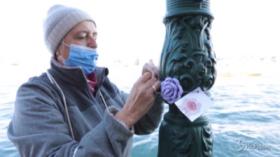 Venezia, rose contro la violenza sulle donne