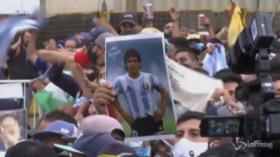 Maradona, migliaia di persone davanti alla Casa Rosada per omaggiare il Pibe de Oro
