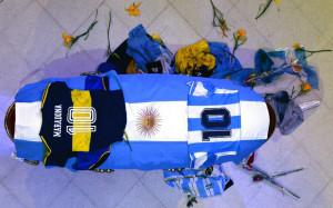 La bandiera argentina e il numero 10 accompagnano il feretro del Pibe de Oro