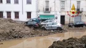 Maltempo, in Sardegna auto accatastate nel fango