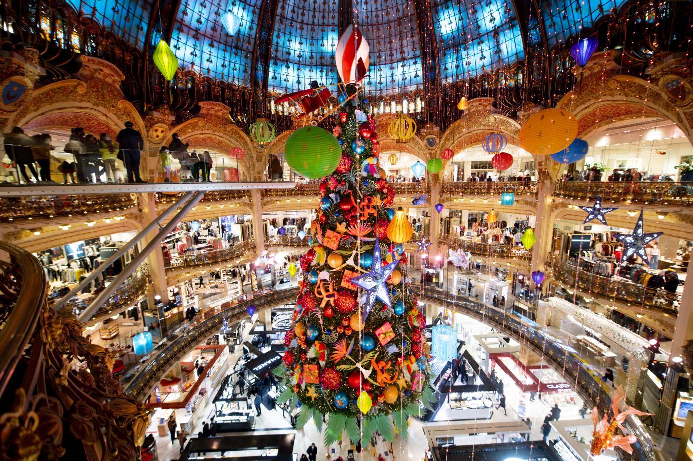 Le splendide decorazioni natalizie di Galeries Lafayette a Parigi
