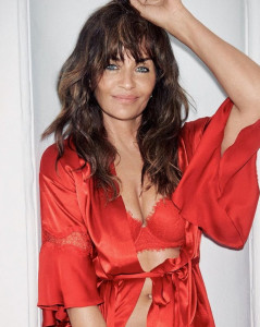 Helena Christensen, supersexy in intimo rosso
