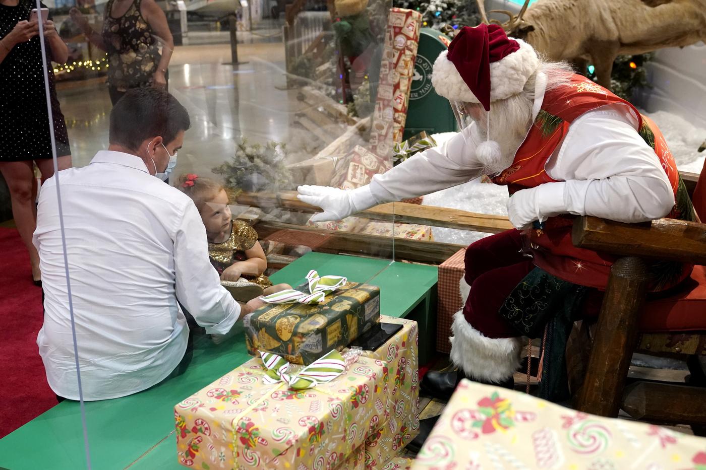 Babbo Natale al tempo del coronavirus al Bass Pro Shops di Miami