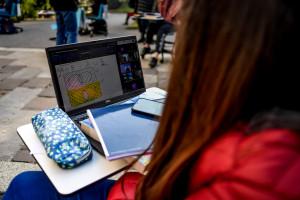 Covid, Lezioni nel cortile del Liceo Bottoni per protestare la didattica a distanza