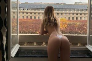 Mathilde Tantot nuda alla finestra