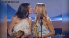 Sarah Michelle Gellar e Selma Blair, bacio saffico agli MTV Movie Awards