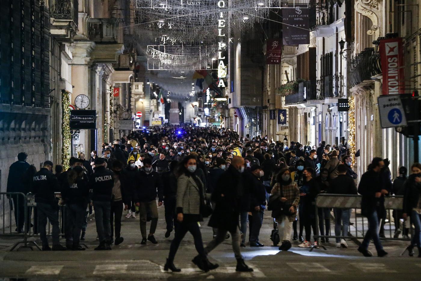 Roma, negozi aperti e shopping natalizio per le vie del centro