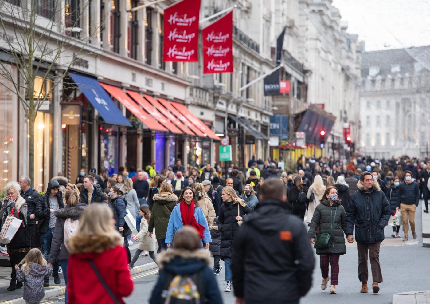 Strade di Londra piene per lo shopping natalizio