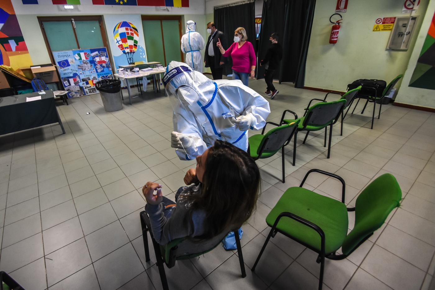 Coronavirus, a Palermo screening di massa nelle scuole