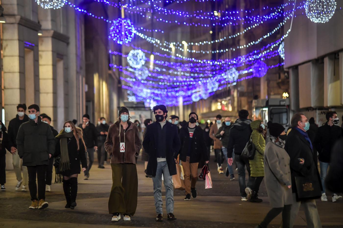 Milano, vetrine dei negozi e luminarie natalizie nel centro città