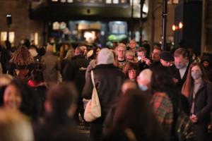 Londra affollata per lo shopping natalizio prima del nuovo lockdown