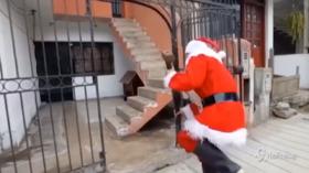 Perù, i poliziotti si travestono da Babbo Natale e arrestano una gang che vende droga