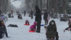 Tempesta di neve a New York: i bambini giocano sulla neve